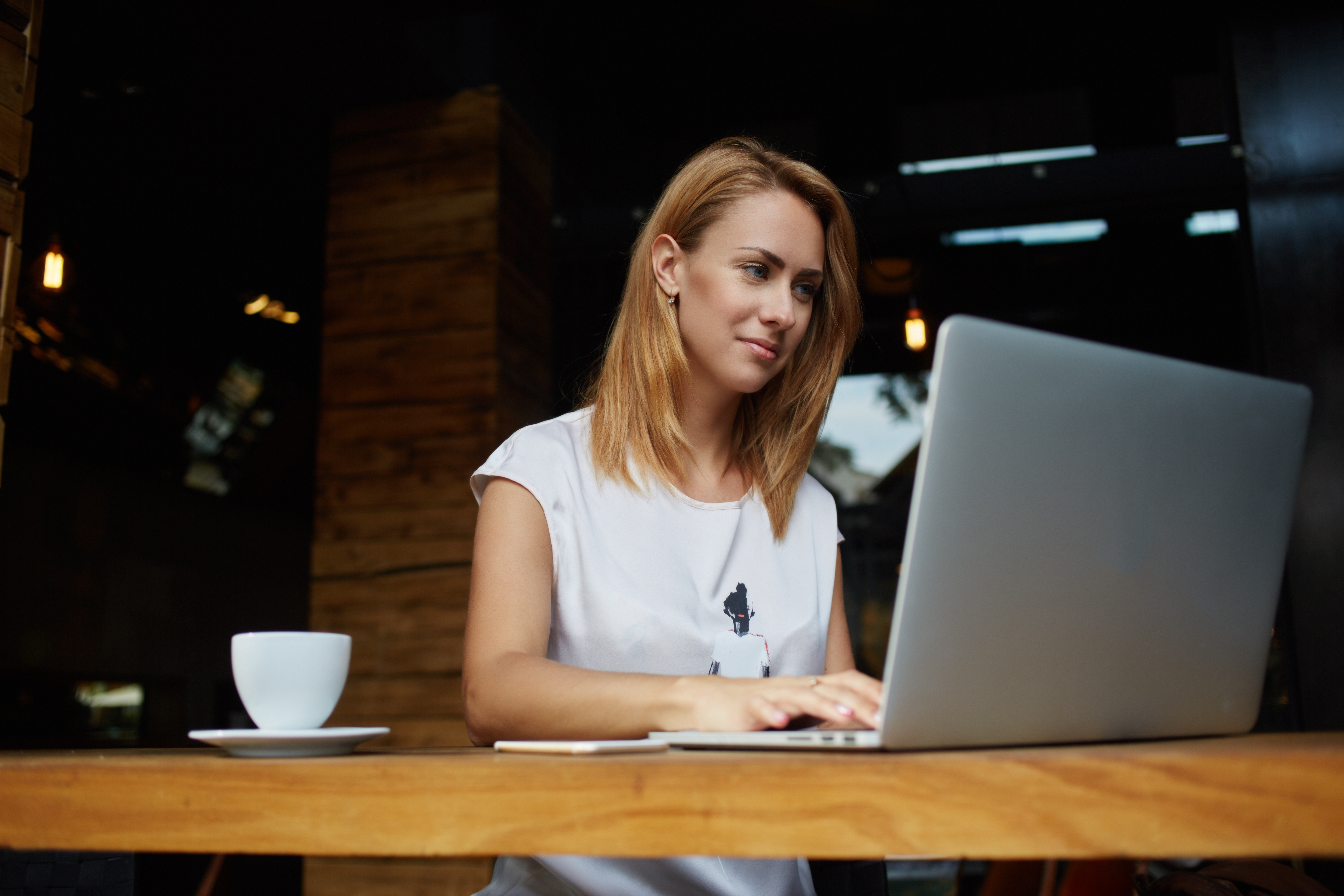 female-investor-laptop-coffee-shop.jpg
